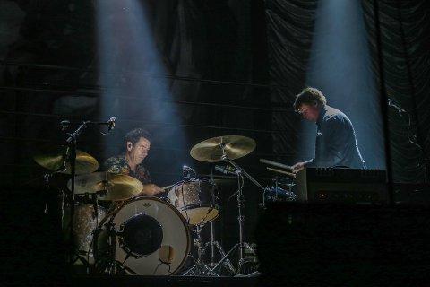 Trives bak: Kyrre Fritzner tar gjerne plass bak i bandet, ved siden av Agne Sæther på trommer, litty i skyggene.