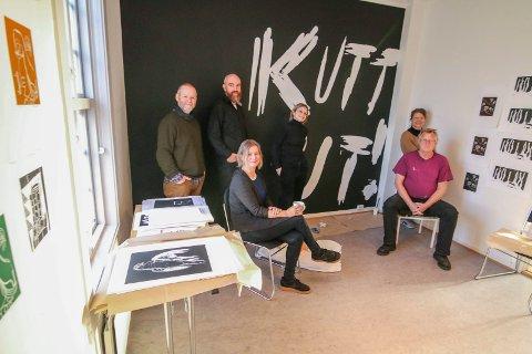 Spennden utstillingform: De skal lage mens de stiller ut. «Kutt ut» kan du tolke på flere måter. Seks av de 17 er her, fra venstre: Tor Lindrupsen, Arne Revheim, Hege Liseth, Anja Bjørshol, Tulle Ruth og Magne Rudjord.