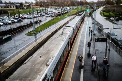 Skal flyttes: Dagens Råde stasjon blir avviklet når det nye sporet står ferdig. Den nye stasjonen skal bygges vest for veien til Tomb. (Arkivfoto: Joachim Constantin Høyer)