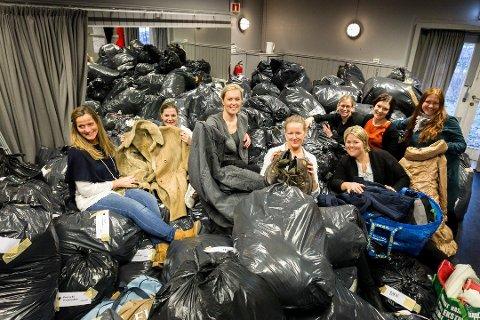 JAKKE-DUGNAD: Med hjelp fra flere har Marita Granholt (nummer tre fra venstre) og Cecilie Schibsted Eriksen (nest ytterst til høyre) tatt imot og delt ut tusenvis av vinterjakker og annet varmt tøy.