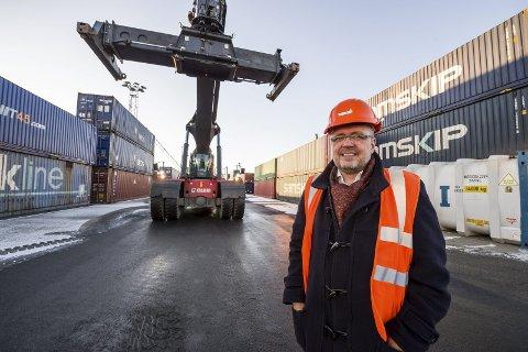 Skipsklarering: Daglig leder Geir Teistung i  Andersen & Mørch forteler at selskapet laster og losser skipene som ankommer Øra. Mannskaper fra Borg Havn styrer kranene på kaia.