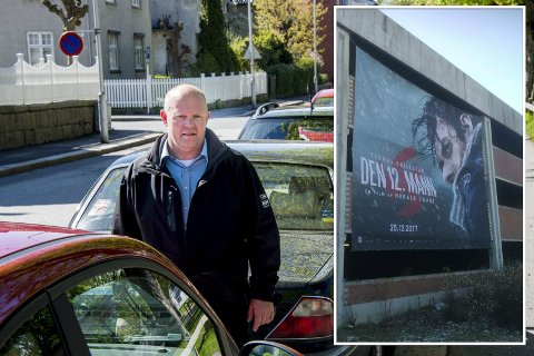 """Det var dette gigantiske reklameseilet (innfelt), for filmen """"Den 12. mann"""", transportsjef Frode Samuelsen hadde gitt tillatelse til. Det måtte han ut og ta ned igjen."""