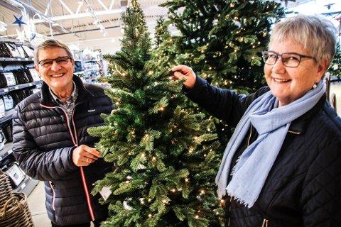 PLAST ER BEST: Ekteparet Marianne og Steinar Finstad sverger til plast over julegavene i år. Det har de gjort i minst ti år, fortalte de da FB intervjuet dem på Hageland på Rolvsøy for kort tid siden. En fersk undersøkelse viser at stadig flere nordmenn velger plastre.