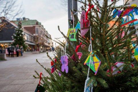 GRØNN JUL: Det vil bli god anledning til å nyte synet av barnehagebarnas juletrær i gågata. Det kommer ikke noe snø som dekker over dem...