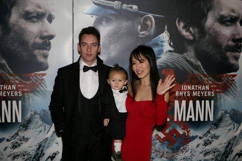 På plass: Skuespiller Jonathan Rhys Meyers hadde med kona Mara Lane og sønnen Wolf på premieren for «Den 12. mann» i Fredrikstad.