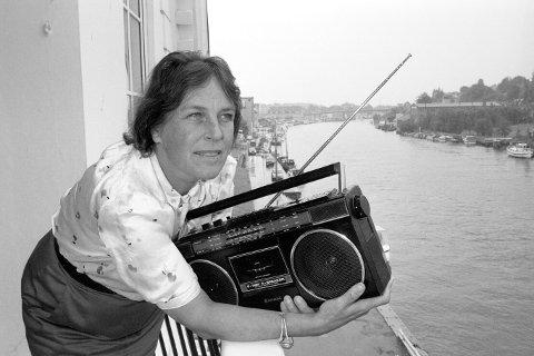 Hadde flere lederoppgaver: Direktør i Nærradionemnda, Liv Daae Gabrielsen (50), på sitt kontor med utsikt mot Glomma og Kråkerøy. (Foto: Erik Hagen, FB 28.06.1989)