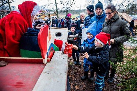 Populært. Julemarkedet på Tomb er blitt en magnet for små og store. Her deler nissen ut gaver til de minste.