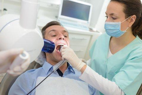 NY JULEMOTE: Stadig flere vil bleke tennene før jul. Det koster rundt 3.500 kroner, og kundene slipper i dag å sitte lenge i tannlegestolen for å få jobben gjort.