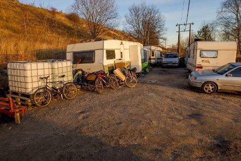 FÅR SKYLDA: Med ujevne mellomrom blir det hensatt søppel av privatpersoner utenfor inngjerdingen til romleiren på Lisleby. En av kommunens vektere synes det er dårlig at folk forsøker å legge skylda for deres forsøpling på beboerne i leiren.