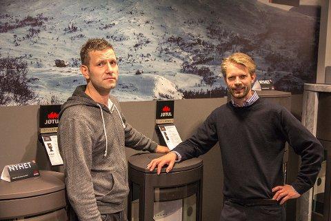 FIKK DESIGNPRIS: Prosjektleder Terje Agard (til venstre) og konserndirektør marketing Marius Torjusen med ovnen som nå har fått internasjonal designpris.