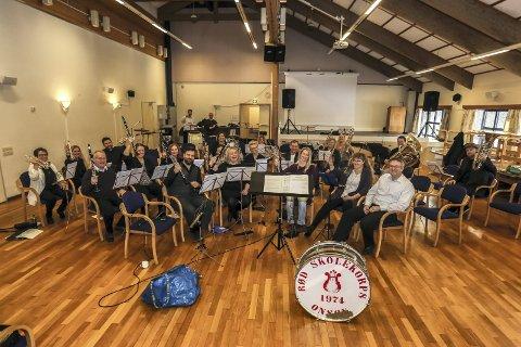 RØD-COMEBACK: Noen av de tidligere musikantene i Rød skolekorps hadde ikke spilt på 35 år. Men lørdag var de klare for konsert sammen med Lisleby musikkorps. Begge foto: Harry Johansson
