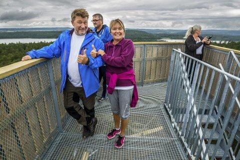 PÅ TOPPEN: Clas Tofte og Mona Kingsrød var blant dem som inntok utsiktstårnet på Appelsintoppen i Sarpsborg da det åpnet i fjor.