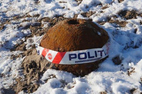 Ufarlig: Turgåere har i flere uker stusset over den minelignende gjenstanden som plutselig har dukket opp på stranden på Storesand i Råde. Men gjenstanden er altså bare en gammel trålkule.