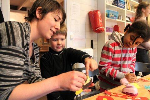 Nadine Weinberg lærer bort hva man kan lage med bruk av papir.