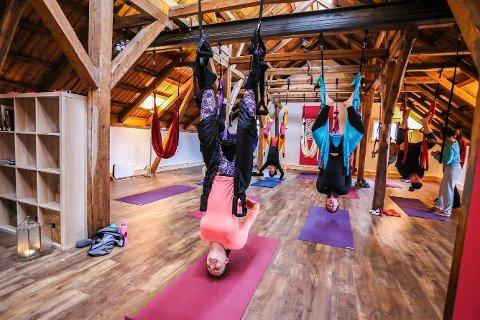 Opp ned: Unni Grindberg og åtte andre prøvde sving-yoga lørdag. – Digg, var hennes dom.