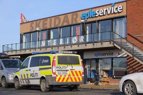 Brukte paller: Politiet undersøkte innbruddet hos Epleservice i Sarpsborg søndag.