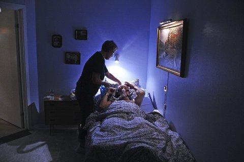 På slutten: Det vektlegges så langt det er mulig at det er færrest mulig sykepleiere som går til de alvorligst syke og døende pasientene, forteller kronikøren. Illustrasjonsfoto: Geir A. Carlsson