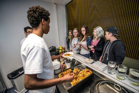 Kan bli gratis: Borge ungdomsskole har kantine med egen kokk, men betaler for maten. Nå håper flere elever at politikerne vil si ja til å innføre gratis skolemat i kommunen, ifølge et forslag som nå er sendt rådmannen.