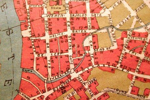 Kartet viser hvordan Evja rant før den ble lagt i rør i 1939. Nå mener Svein Skahjem  en kanal med topplokk i Holmegata kan løse overvannsproblemet, og at den kan gå åpent fra Borggata og ut i Glomma.