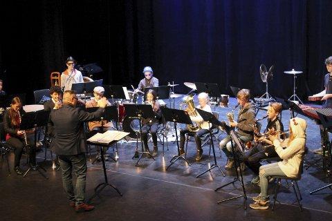 Kråkerøy skolekorps med Cato Angeland i spissen som dirigent.
