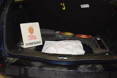 I reservedekket: Deler av beslaget ble gjort i reservedekket bak i bilen. Bildet er fra et tidligere marihuana-beslag på grensen.