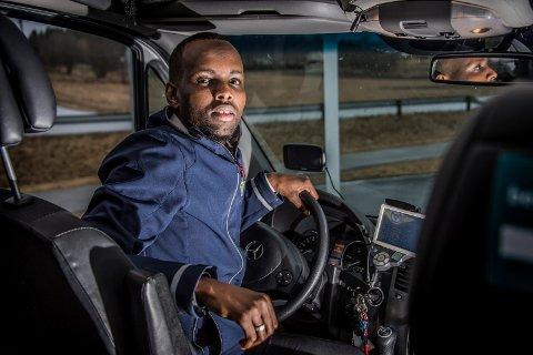 BLIR KALT NEGER: Ikke alle kundene som har ringt etter drosje er like takknemlige når sjåfør Muqtar Adow Abdi kommer for å hente dem.
