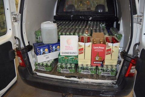 Den svenske bilen ble vinket inn på Svinesund. Der fant tollerne for mye øl, vin og sprit.