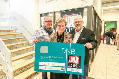 Korsjef: Iren Kinn ble belønnet av Jobzone. Daglig leder Per Kristian Johansen (til venstre) og partner Tore Widlund ga henne 10.000 kroner. Vinner hun den nasjonale avstemningen kan det bli 100.000 til kor.