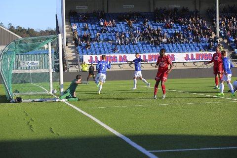 Nedtur: FFK slapp inn mål før det var spilt halvannet minutt i Sarpsborg søndag. Det skulle komme tre baklengsmål til. FFK tapte 4-0 i generalprøven. Til helgen er det seriestart. foto: Tobias Nordli