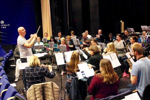 En av de siste øvelsene til Borge Musikkorps på Blå Grotte. – Jeg føler at vi har det under kontroll nå. Begge stykkene er en stor utfordring for alle, og alle har masse å gjøre. Alle må prestere, sier dirigent Frode Amundsen.