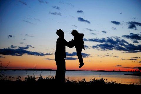 Det er gledelig at moderne fedre står frem og uttrykker ønske om å skape et nært forhold til barna sine, skriver Thuen.