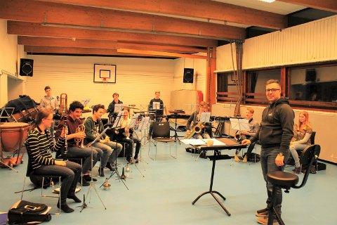 Dirigent Cato Angeland og Kråkerøy Skolekorps øver på Rød Skole før Distriktmesterskapet.