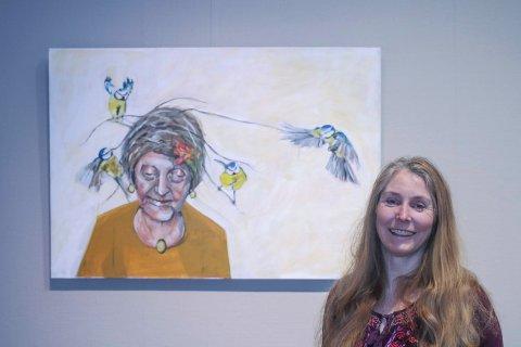 Debut: Det er ikke hennes aller første utstilling, men det er den første der hun bare stiller ut egne bilder. Fuglene på bildet erstatter hva som var en mann/skygge.
