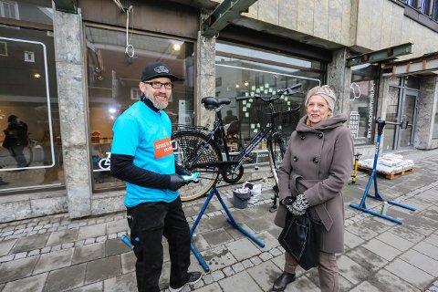 Gratis sjekk: May Kvalvik var en av mange som fikk sykkelhjelp av Rasmus Leiro lørdag.