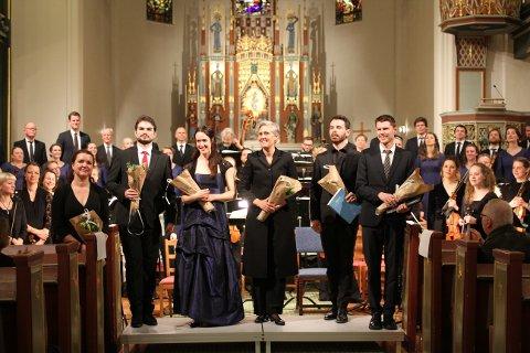 Foran fra venstre: Siri Karoline Thornhill (sopran), Manuel Walser (baryton), Kristin Mulders (mezzosopran), dirigent Vivianne Sydnes, Halvor Festervoll Melien (baryton), og Anders Jerker Dahlin (tenor).