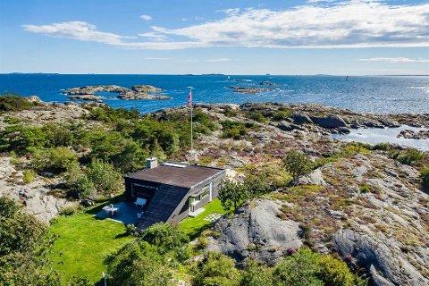 Egen øy: Kjøperen av Brattholmen får ikke bare denne hytta, men også hele øya Brattholmen. Nå er prisen også nesten halvvert fra hva den først var lagt ut for.