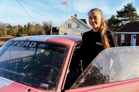 UNG SJÅFØR: Alice Hauge stiller med sin egen Ford Mustang på årets motorshow i Fredrikstad. Hun er bare 14 år, men har allerede kjørt dragrace med junior dragster i tre år. Nå har hun tatt steget opp til bil, og mustangen er nylakkert før utstillingen i Kongstenhallen denne helgen.