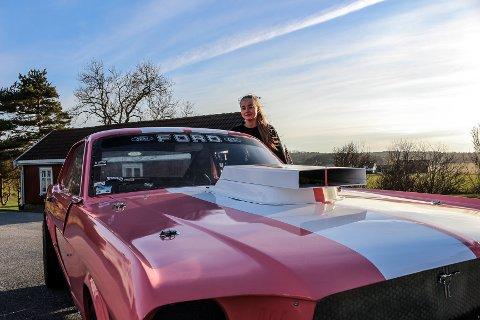 STOLT EIER: Alice vurderte å lakkere bilen blå, men endte på rosa. – Den representerer meg!