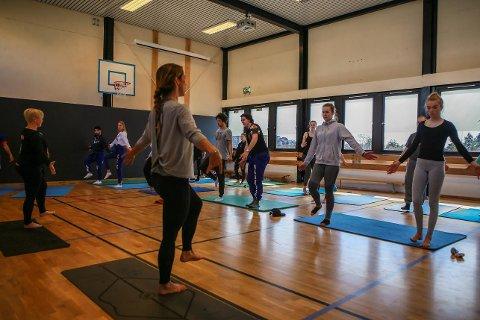 Balanse: Yoga i midttimen er et nytt tilbud på Frederik II videregående. – Veldig deilig, mener Nadine Ohla, til høyre i elevrekken. I midten og til venstre i bildet er instruktørene Mona Landestad og Anne Riege.