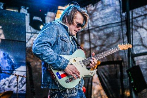 Supertalentet Magnus Berg (21) er spådd en stor fremtid. Lørdag gjester han Litteraturhuset sammen med flere av fylkets største gitarister.