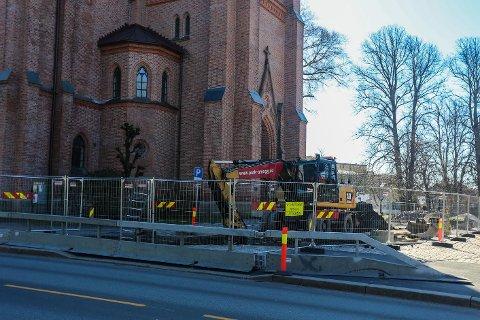 Igjen er man i gang med gravearbeid utenfor Domkirken i Fredrikstad.