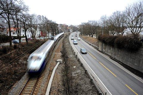 Ikke vei, kun jernbane? Tunnelalternativet betyr at riksveien ikke lenger vil gå her, men i en ny forbindelse fra Trosvik til Glemmen videregående skole. (Arkivfoto: Geir A. Carlsson)