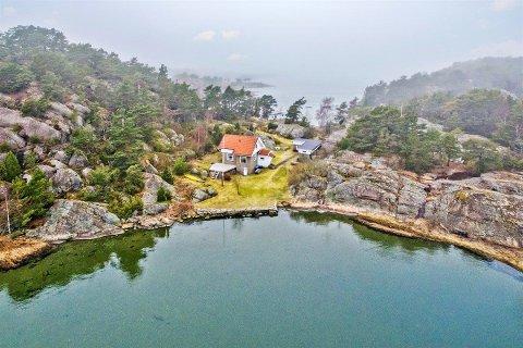 Stor eiendom: Dette stedet på Kirkøy er på over 12 mål. Det er direkte tilgang til sjøen fra flere kanter.