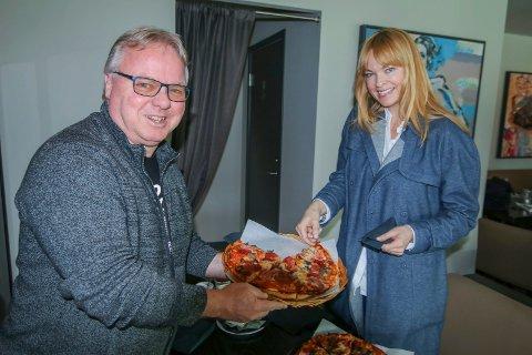 Fornøyd vinner: Dag Solheim ga Unni Ødegård en liten smakebit av byens mattilbud, og hun takket for oppholdet. NRK-redaktøren tok i mot Plankebærerprisen for Anno-suksessen i fjor.