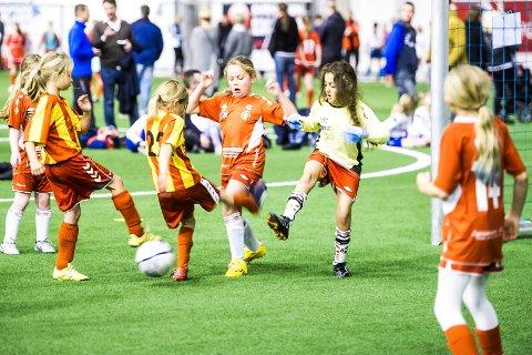NY AVTALE: Østfoldhallen blir også den kommende vinteren dominert av fotballsparkende spillere i alle aldre.