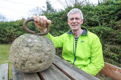 Kan sees: Du kan studere stenen i foajeen på Blå Grotte hvis du skal se «Tivolihaven». Frank Andersen røper at den veier 50 kilo.