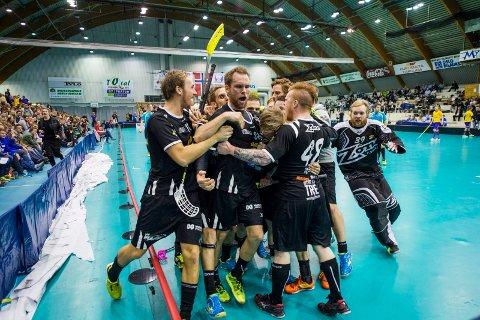 Ny rolle: Thomas Stræte (i midten) har vært en nøkkelspiller for Slevik i mange sesonger. Kommende sesong får han også treneransvaret i klubben.