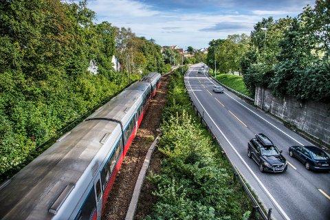 Jernbane og vei på Grønli: Begge deler skal fornyes. Her slår Svein Roald Hansen fast at regjeringen ikke legger opp til samtidig planlegging og utbygging.