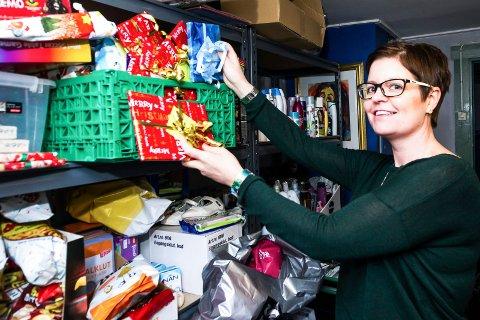 FRIVILLIG: Stine Carlsen fra «Hjelp oss å hjelpe» tar i mot alle henvendelser fra Fredrikstad. I snitt pleier omkring 40 familier å kontakte frivillighetssentralen før jul. I år forventer hun enda større pågang.