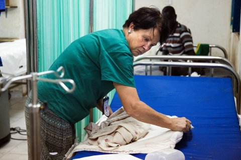 PÅ JOBB: Birgitte Gundersen fra Fredrikstad har mottatt den høythengende Florence Nightingale-medaljen. Hun har i en årrekke reist til krigsrammede land for å hjelpe sårede. I dag er hun på oppdrag i Sør-sudan. Bildet er fra et tidligere oppdrag i Maiwut, Sør-sudan.